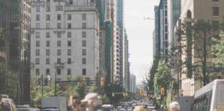 ludzie przechodzący po pasach dla pieszych w mieście