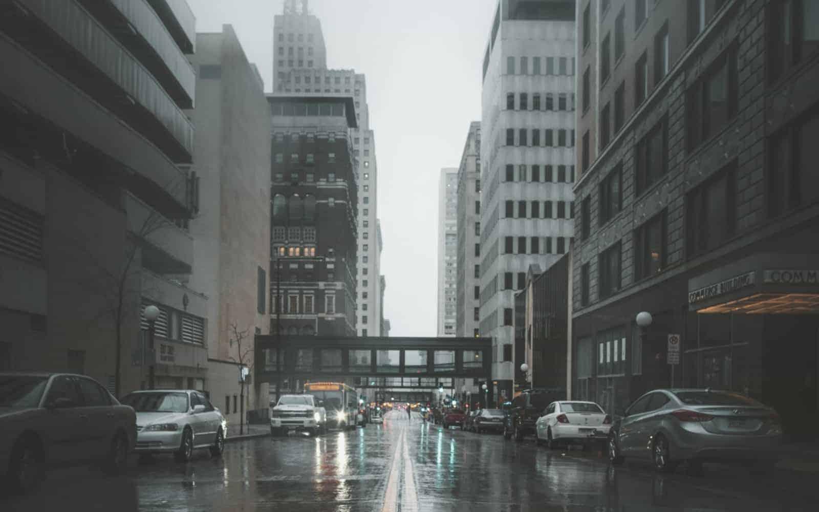 Ruchliwa ulica w centrum dużego miasta