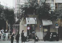 Ludzie przebywający na ulicy w centrum miasta
